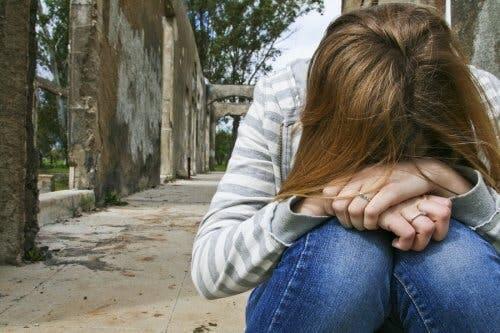 Une adolescente triste pratiquant l'automutilation