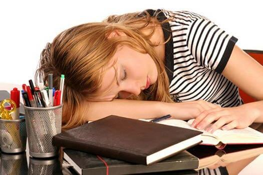 Une femme fatiguée à cause d'un taux de ferritine trop élevé