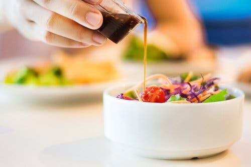 Les salades avec de l'avocat à la sauce piquante