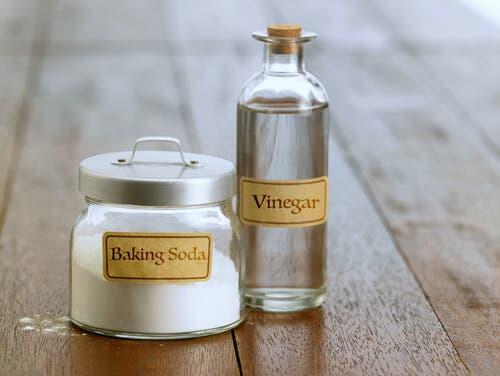 On retrouve le bicarbonate de soude et le vinaigre dans de multiples nettoyants ménagers