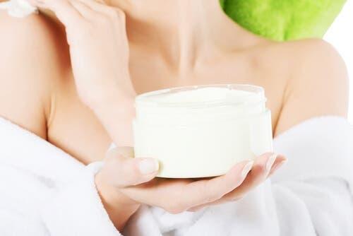 Certaines femmes utilisent des crèmes pour le corps en tant que lubrifiants maison