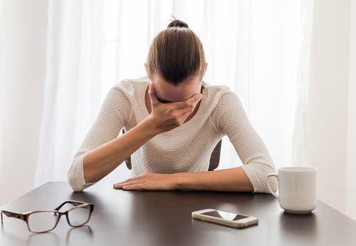 Une femme faisant une crise d'angoisse