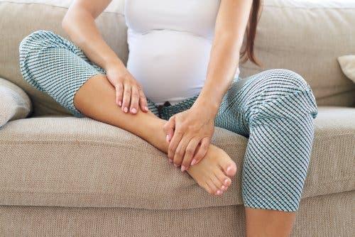 Une femme qui a des oedèmes pendant la grossesse