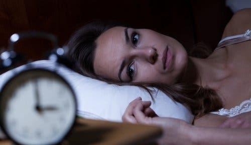 Une femme n'arrivant pas à dormir à cause d'un mauvais rituel du soir