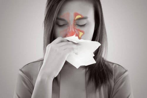 Une femme souffrant d'une sinusite pendant la grossesse