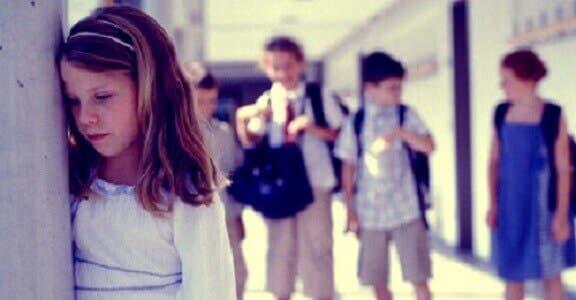 Une fillette souffrant d'anxiété sociale