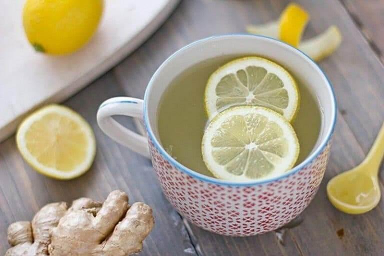 Une infusion au gingembre et au citron pour réduire les crampes menstruelles