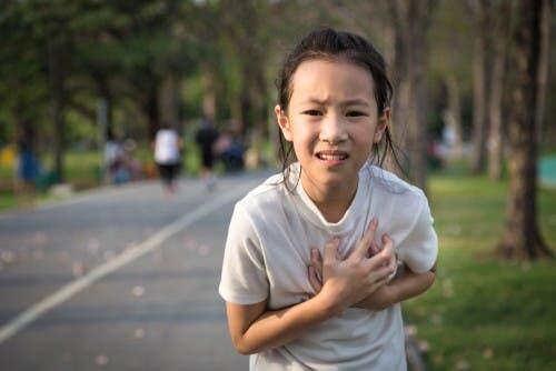 Une jeune fille qui souffre de la valvule aortique bicuspide