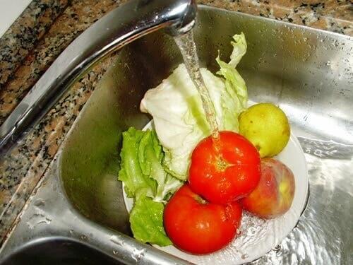 Economiser l'eau en lavant les fruits et légumes dans un saladier et pas sous le robinet