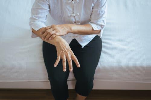 Une personne qui souffre de la maladie de Parkinson