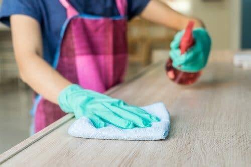 Parmi les nettoyants ménagers sans produits toxiques, on en trouve un pour nettoyer les meubles
