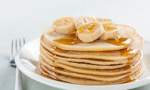 Des pancakes sans gluten à la banane prêts à être dégustés