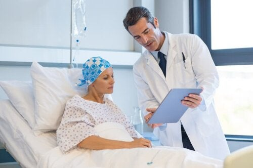 Un médecin expliquant l'indice de survie à une patiente