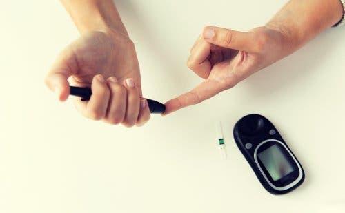 Personne en train de mesurer ses pics de sucre dans le sang