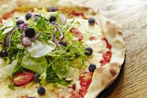 Une pizza à la napolitaine et de la salade