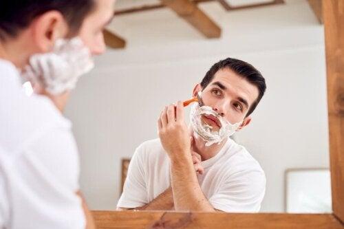 La peau des hommes est plus rêche que celle des femmes du fait du rasage