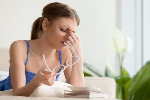 4 remèdes naturels pour les douleurs oculaires