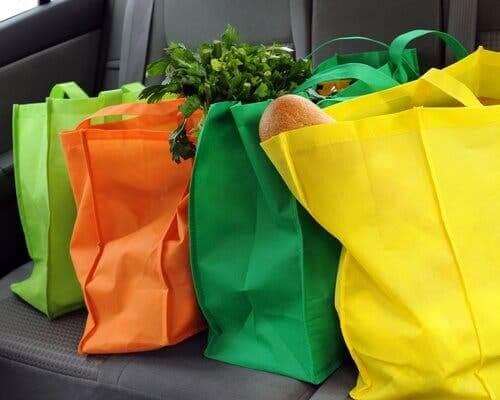 Réduire l'usage du plastique en utilisant des sacs en tissu pour faire ses courses
