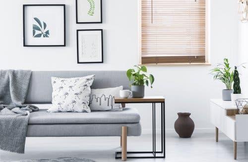Une maison plus accueillante avec des couvertures sur le canapé