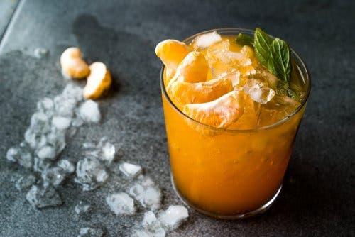 Un smoothie citrique au curcuma et à la mandarine