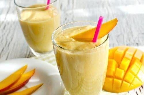 Réaliser un smoothie citrique au curcuma, à la mangue et à l'orange