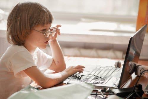 Gérer l'usage que fait l'enfant d'Internet pour lutter contre son anxiété sociale