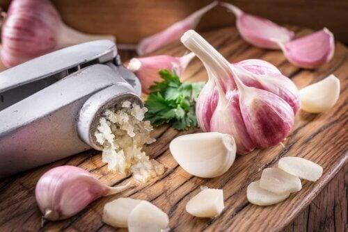 Comment réduire le cholestérol grâce à l'ail: 3 remèdes maison