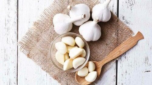 Mâcher une dent d'ail crue pour réduire le cholestérol
