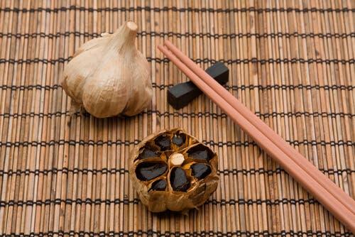 Réduire le cholestérol grâce à l'ail noir