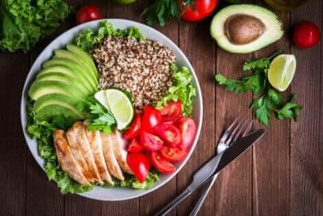 Salade d'aliments frais et équilibrés.