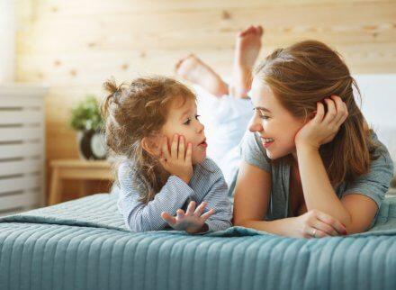 Un enfant et un adulte qui communiquent