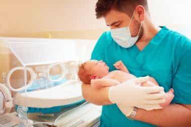 Combien de temps un bébé prématuré doit-il rester à l'hôpital ?