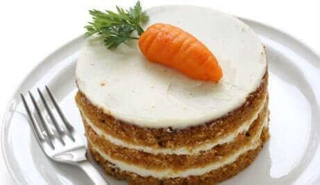 Un carrot cake avec un glaçage.