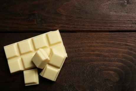 Carrés de chocolat blanc.