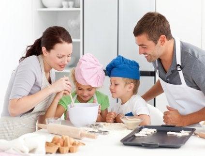 Une famille en train de préparer une tarte au citron meringuée
