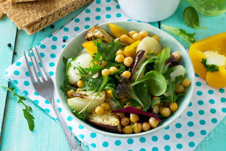Délicieuse salade de pois chiches et d'aubergines
