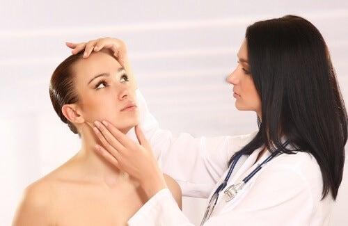 Une femme en consultation chez une dermatologue pour un épithélioma calcifié de Malherbe