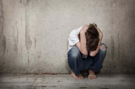 Un enfant en colère seul qui souffre de schizophrénie infantile