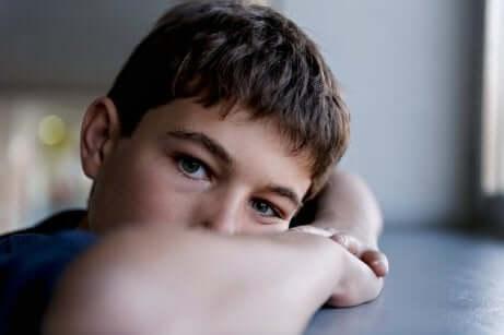 Un jeune garçon triste souffrant de schizophrénie infantile