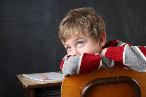 Un enfant souffrant de TDAH qui s'ennuie à l'école