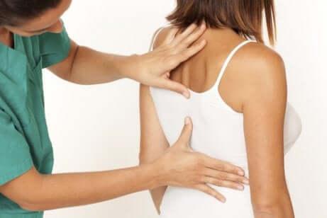 Un examen de la colonne vertébrale chez une femme souffrant de discopathie dégénérative