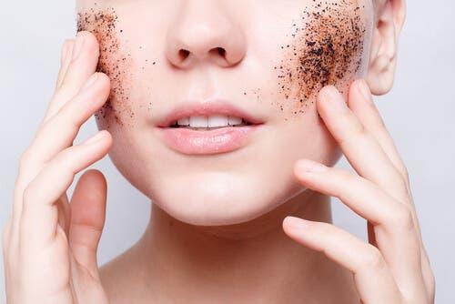 Prendre soin de votre peau en ne l'exfoliant pas trop
