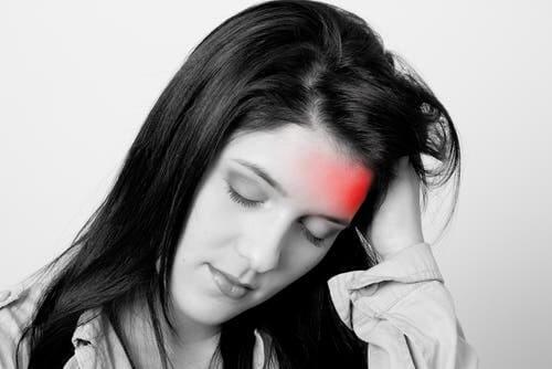 Une femme qui a des crises de migraine