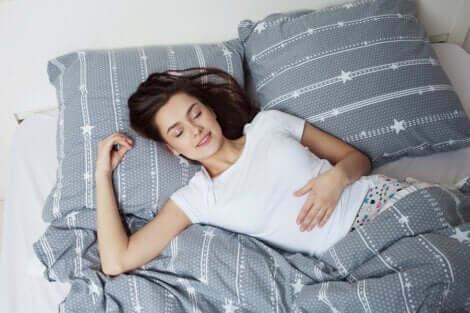 Une jeune femme qui dort.