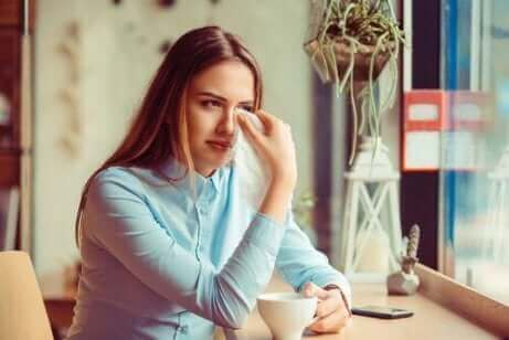 Une femme qui est triste à cause d'une rupture.