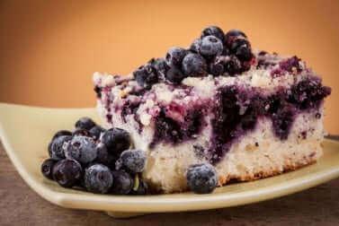 Une part de gâteau sans sucre aux myrtilles