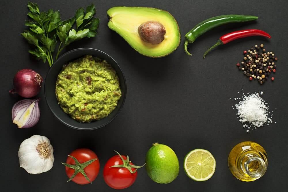 Accompagnez vos tacos aux crevettes de guacamole