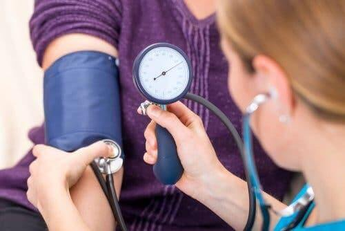 Un patient souffrant d'hypertension en consultation