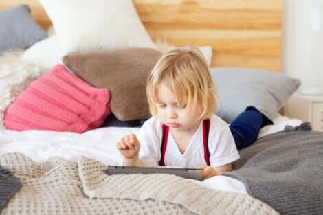 Un jeune enfant qui joue avec une tablette.