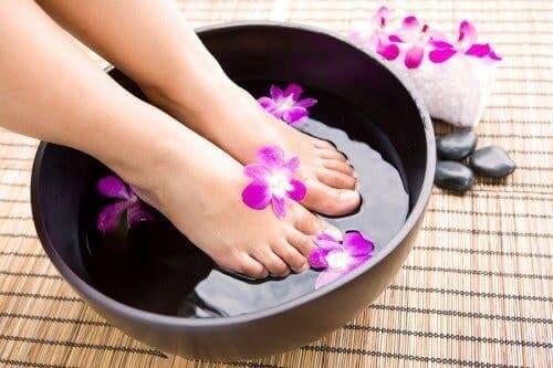 Bien se laver pour éliminer les mauvaises odeurs de pieds